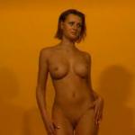 Брюнетка с большой грудью